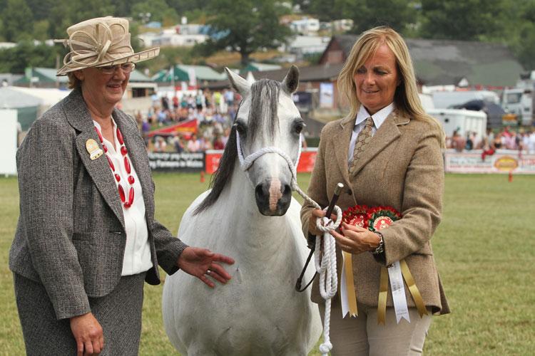 Friars Still my Sunshine RW champion 2013 with the judge Mrs Gillian Oldham. Photo by Theo ten Brinke